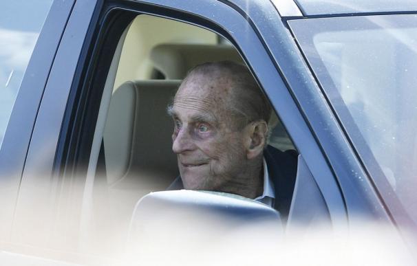 Felipe de Edimburgo en una de sus últimas apariciones conduciendo (NEIL HALL | EFE)