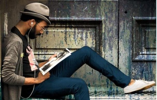 Un 'hípster' lee una revista