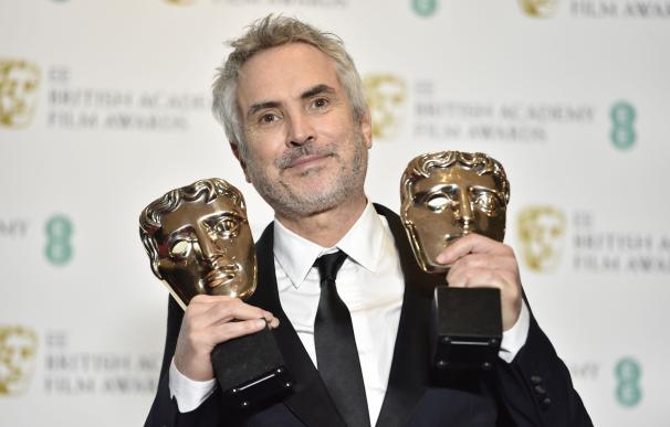 Alfonso Cuarón posa con sus dos premios Bafta a Mejor Película y Mejor Director por 'Roma'