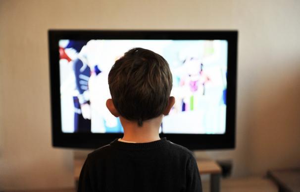 El 70% de los niños españoles come mientras ve la televisión o juega con una pantalla táctil