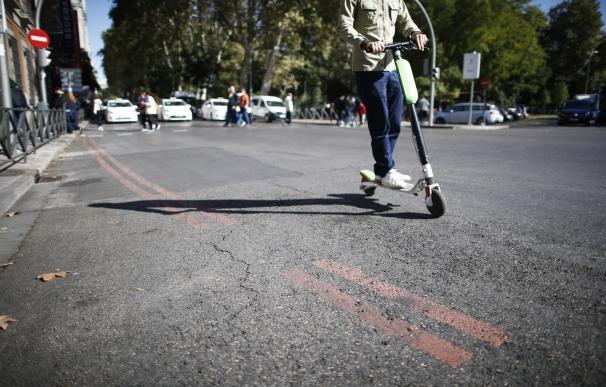 Usuario de patinete circulando por Madrid