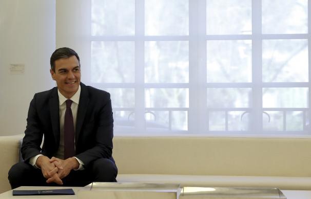 El presidente del Gobierno, Pedro Sánchez, durante la reunión mantuvo en el Palacio de La Moncloa con la presidenta del Parlamento Centroamericano, Irma Amaya. EFE/Ballesteros