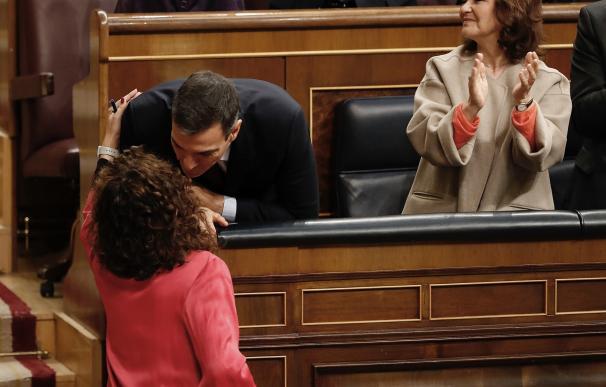 La ministra de Hacienda, María Jesús Montero, y el presidente Sánchez