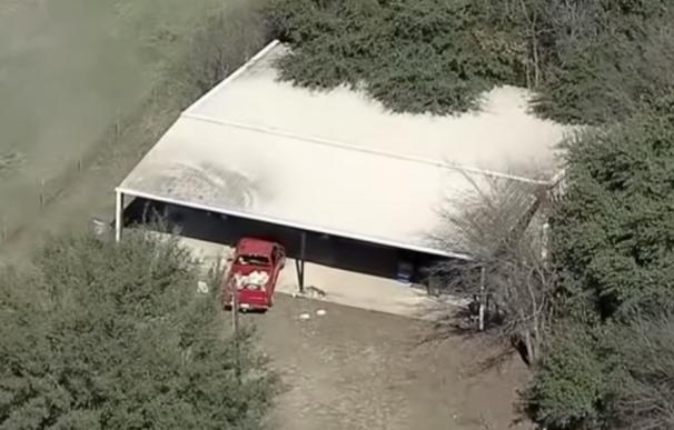 Fotografía del granero donde estaban hacinados cuatro niños en Texas.