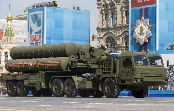 Un sistema de misiles de defensa aérea S-400 durante el Desfile del Día de la Victoria en la Plaza Roja en Moscú, Rusia, el 9 de mayo de 2015. (EPA / EFE)