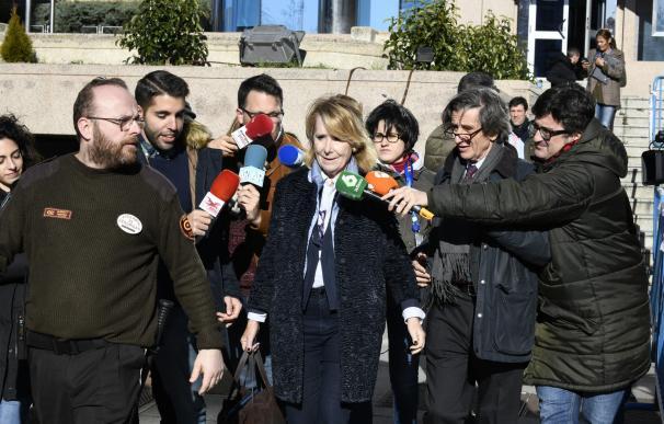 La expresidenta de la Comunidad de Madrid Esperanza Aguirre (c) a su salida de la Audiencia Provincial de Madrid tras declarar como testigo