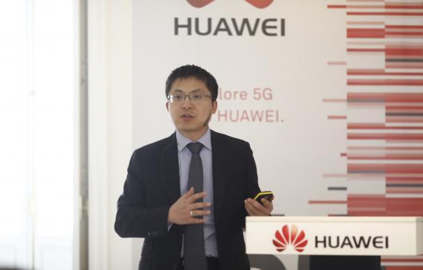 El consejero delegado de Huawei España presenta el demo truck 5G de la compañía