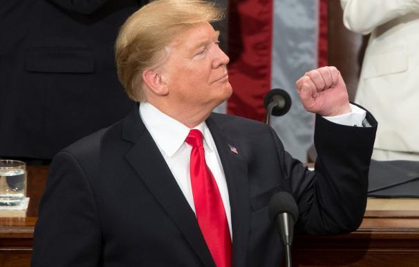El presidente estadounidense Donald J. Trump (c) pronuncia su segundo discurso sobre el Estado de la Unión este martes, en el Capitolio en Washington