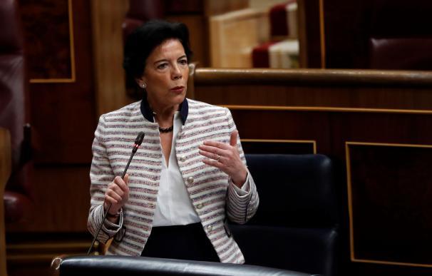 La ministra de Educación y Formación Profesional, Isabel Celaá, durante su intervención en la penúltima sesión de control de la legislatura en el Congreso