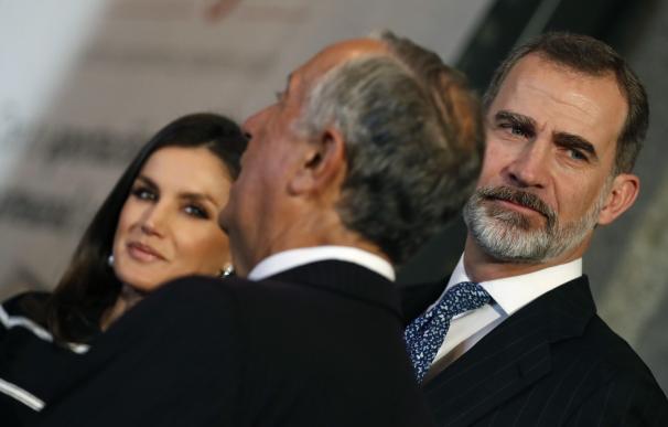 El Rey Felipe VI y la Reina Letizia, conversan con el presidente de Portugal Marcelo Rebelo de Sousa