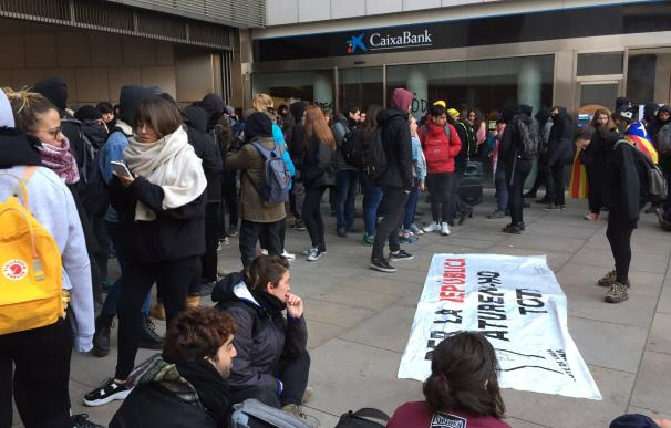 Un grupo de huelguistas ocupa la sede principal de Caixabank