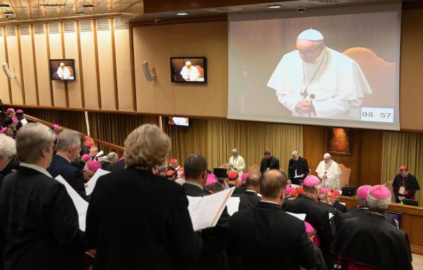 El papa Francisco reza durante la inauguración de la reunión para la protección de menores este jueves en el Vaticano.