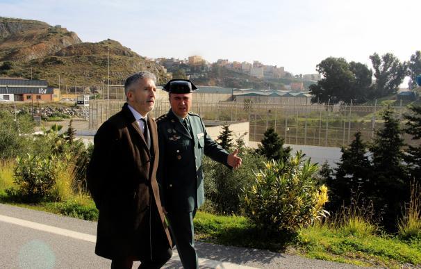 El ministro del Interior, Fernando Grande-Marlaska (i), durante la visita que ha realizado este sábado al puesto fronterizo de El Tarajal y el perímetro fronterizo de Ceuta. EFE/Reduan
