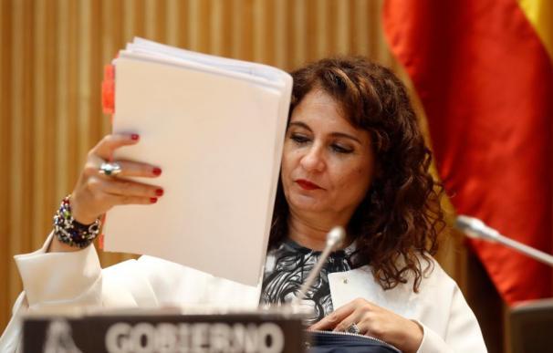 María Jesús Montero guardando papeles / EFE