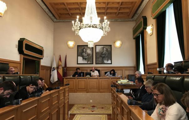 El pleno de Santiago pide la devolución y la declaración como BIC de las estatuas del Pórtico en poder de los Franco