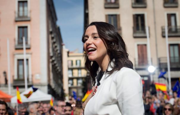 La líder de Ciudadanos en Cataluña, Inés Arrimadas, durante su intervención este sábado en un acto en la madrileña plaza de la Villa (EFE)