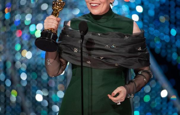 """Olivia Colman acepta el Óscar a la mejor actriz por su papel en """"La favorita"""""""