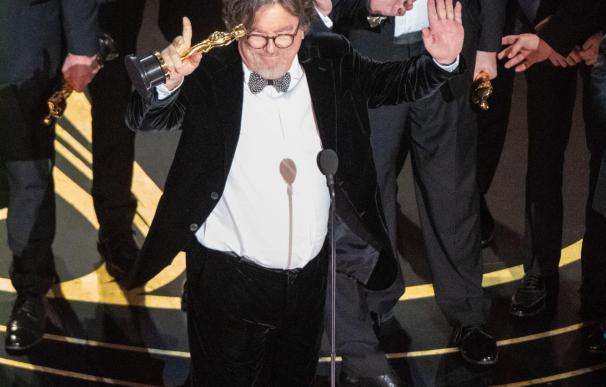 """Charles B. Wessler (c) y el elenco de la cinta """"Green Book"""" aceptan el Óscar a la mejor película"""