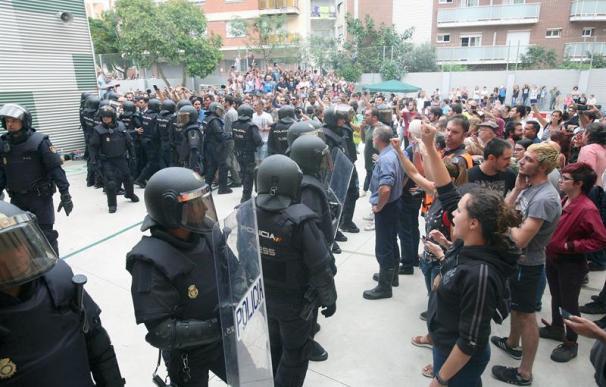 Agentes de la Policía Nacional durante el 1-O.