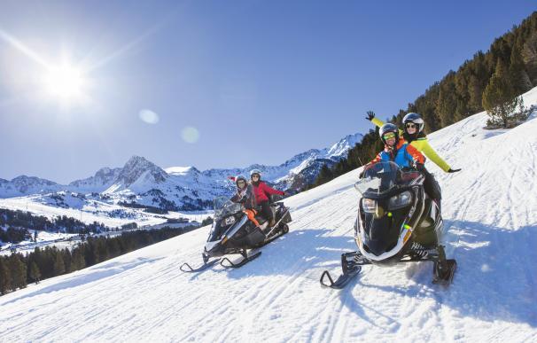 Descenso en moto de nieve en El Tarter © Neus del Valira / Grandvalira.
