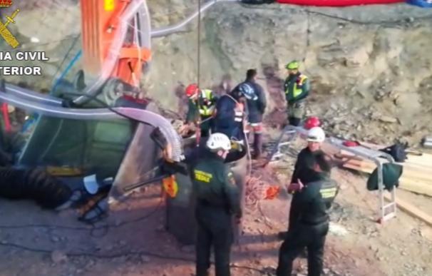 Agentes de la Guardia Civil trabajan en el pozo de Totalán (Málaga) para rescatar a Julen.
