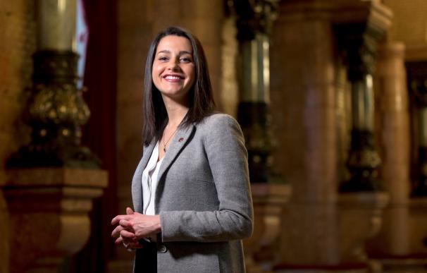 La líder de Ciudadanos en Cataluña, Inés Arrimadas, posa durante la entrevista que ha mantenido con Efe