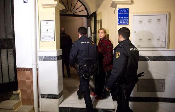 Agentes de la Policía Nacional, a su llegada al edificio. / DANIEL PÉREZ / EFE (Fuengirola)