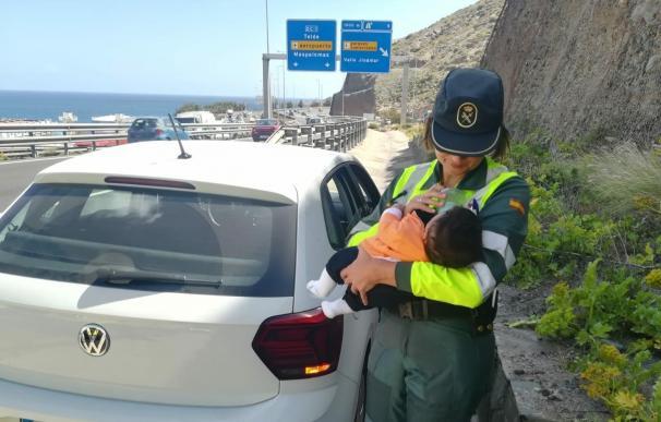 La guardia civil, del Subsector de Tráfico, tuvo que dar el biberón al niño (Foto: GC)