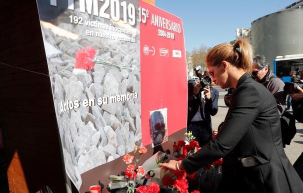 Una familiar de una víctima de 11M, durante la ofrenda floral en el homenaje en la estación de Atocha