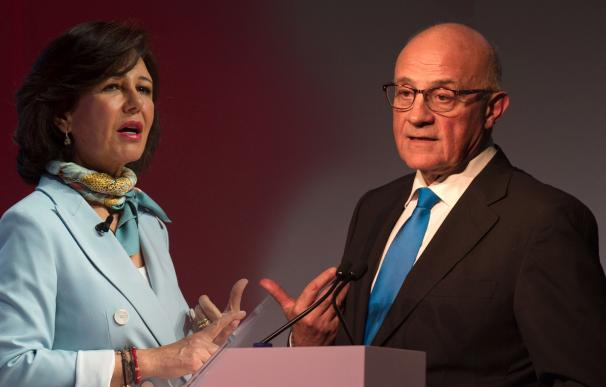 Ana Botin, presidenta de Banco Santander y Josep Oliú, presidente del Sabadell.