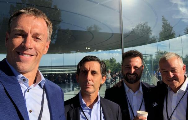 El presidente de Telefónica con directivos de O2 en la sede de Apple en EEUU
