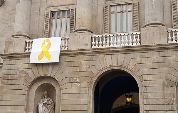 Lazo amarillo en el balcón del Ayuntamiento de Barcelona