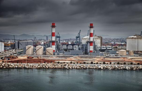 Central Eléctrica de Ciclo Combinado en el Puerto de Barcelona (Foto: Antón Osolev/ CC BY 2.07Wikipedia)