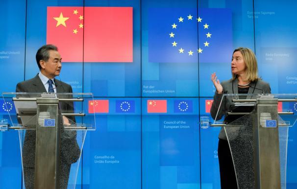 El ministro de Exteriores chino, Wang Yi, y la jefa de la diplomacia europea, Federica Mogherini, en Bruselas