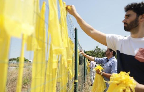 Foto de archivo de miembros de Ciudadanos retirando lazos amarillos