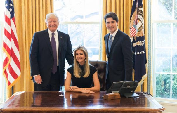 Polémica en las redes por una foto de Ivanka Trump en el Despacho Oval
