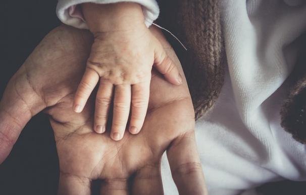 Fotografía de un padre y un bebé.