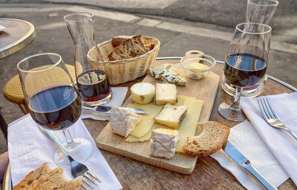 Aperitivo con vino tinto y quesos