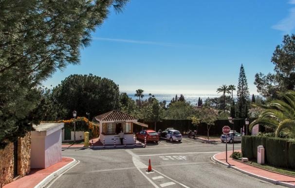 Acceso a la urbanización en la que tuvo lugar el asalto ( Foto: Marbella Sierra Blanca)