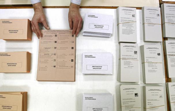 Mesa electoral con papeletas en las elecciones generales de 2011. (Efe )