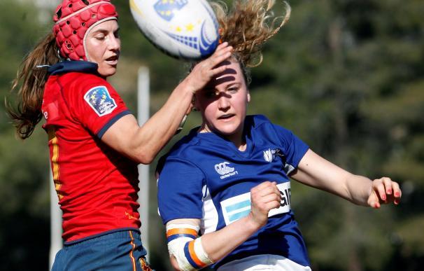La jugadora de España, Paula Medin (i) y la de Holanda, Tessa Wijsmans durante la final del Campeonato de Europa femenino de rugby ( EFE/ Víctor Lerena).
