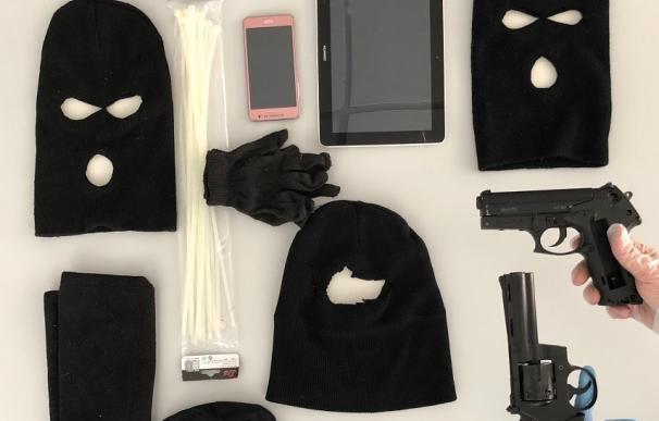 Pasamontañas y armas incautadas a los atracadores (Mossos)