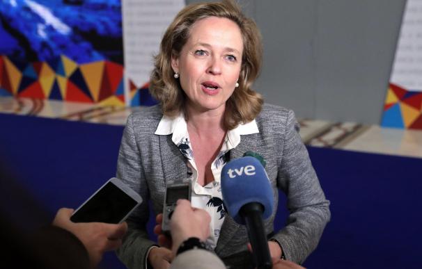 La ministra de Economía y Empresa española, Nadia Calviño, atiende a la prensa en Bucarest (Rumanía). EFE/ Robert Ghement