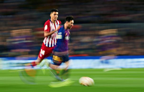El delantero argentino del FC Barcelona, Leo Messi (d), conduce el balón ante el centrocampista del Atlético de Madrid, Rodrigo (EFE)