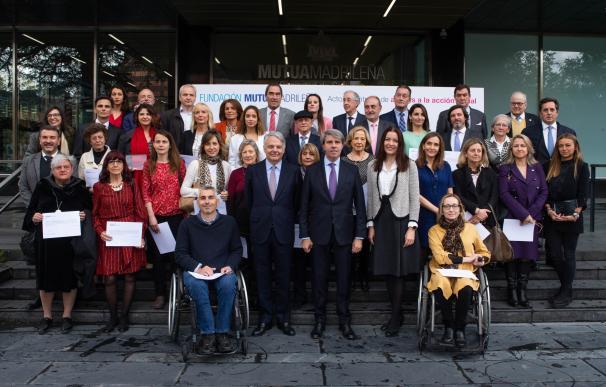 El presidente de la Fundación Mutua, Ignacio Garralda, Angel Garrido y Maria Dolores Moreno con los beneficiarios de las Ayudas