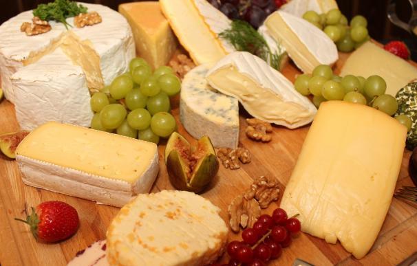 Selección de quesos y frutas
