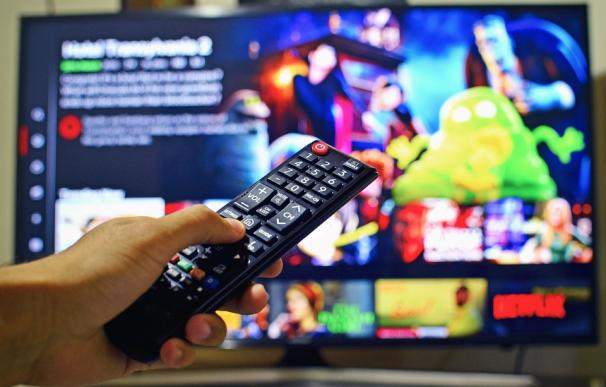 Usuario de Netflix, delante del televisor