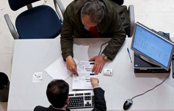 Fotografía señor con la Declaración de la Renta / EFE
