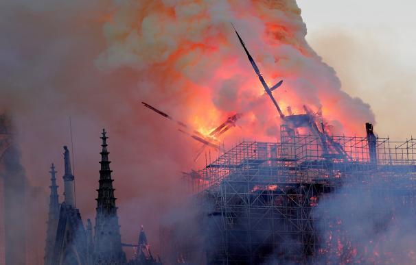 La torre central no ha soportado el fuerte incendio en Notre Dame