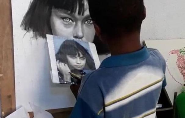 El niño nigeriano de 11 años que emociona al mundo con sus obras de arte